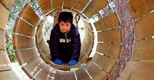 Niño en tubos Pelayos