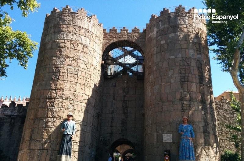 Gigantes en la puerta del Poble Espanyol