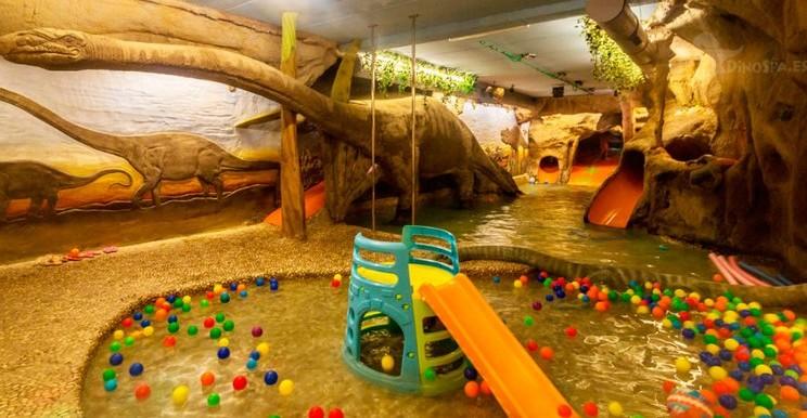 El DinoSpa de Teruel cuenta con un auténtico parque acuático termal para los niños