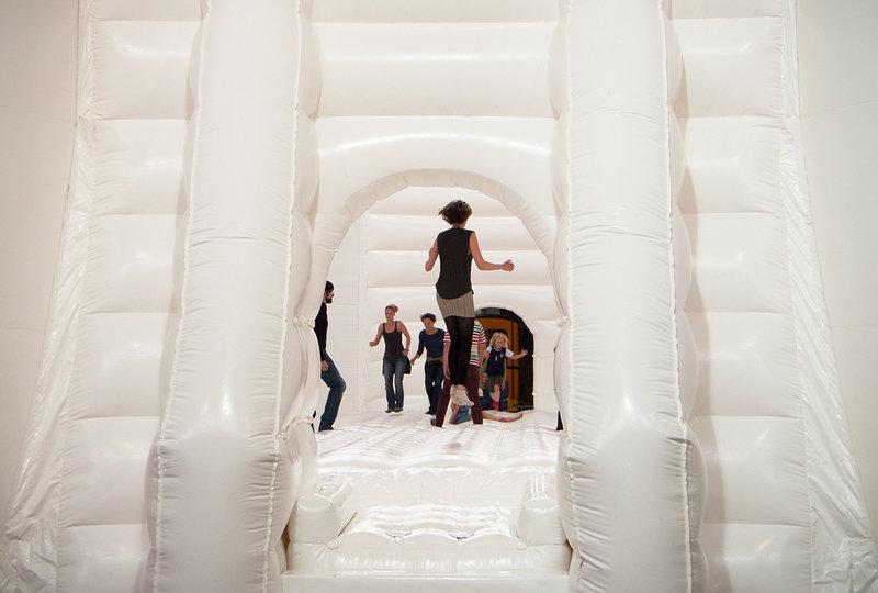White Bouncy Castle: Foto de Annajasinski (Flikcr)