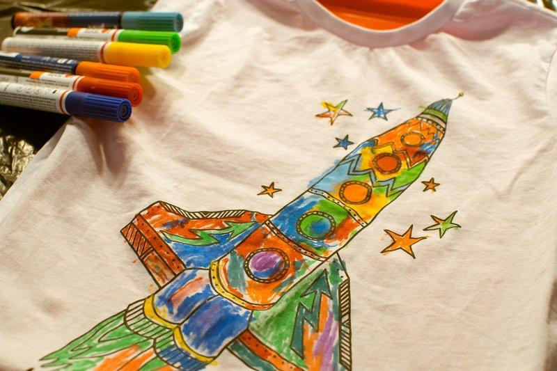 Pintar ropa con niños Actividades Montessori Verano en Supertribus