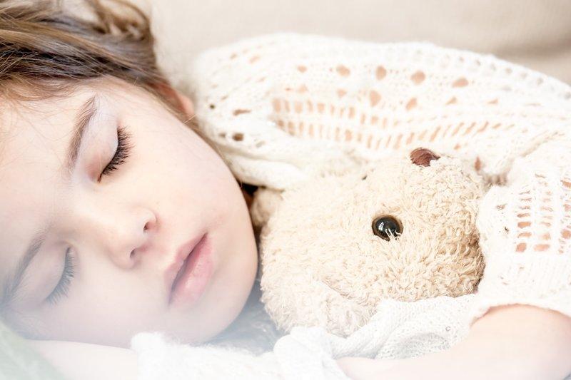 La cama en un dormitorio Montessori infantil en Supertribus
