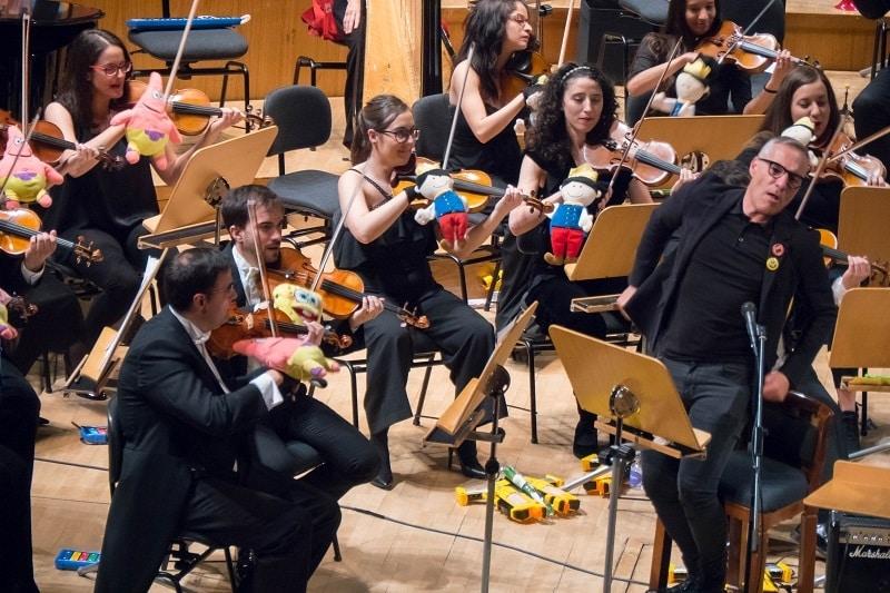 Música y Juguetes: El presentador Goyo González disfrutando al son de la música