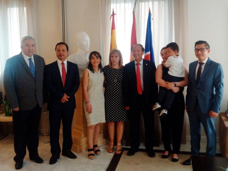 Natalia Díaz, de Puente con Vietnam, en la Embajada de Vietnam en Madrid (foto de Vovworld)